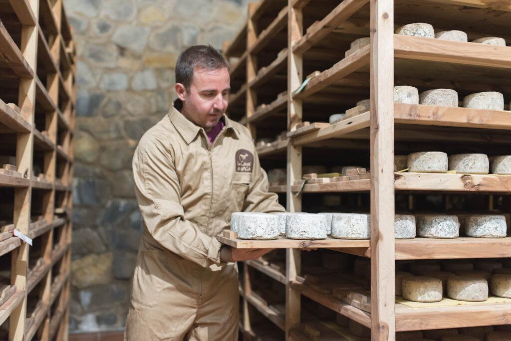 Volteado manual de quesos La Cava de Mía